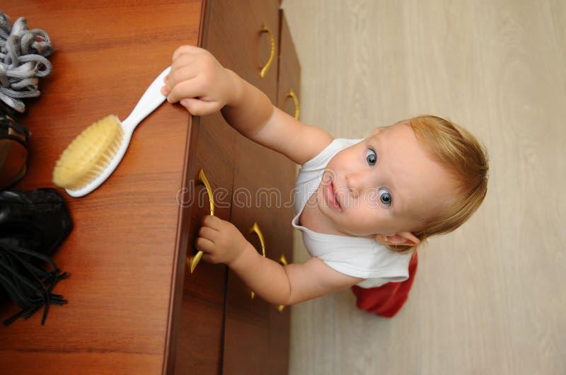 La foto avverte i genitori circa i pericoli nascosti che comportano un rischio ai bambini nelle loro case Il pericolo per il chil immagini stock