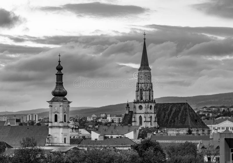 La foto blanco y negro franciscana de la iglesia y de la iglesia de San Miguel en Cluj-Napoca, Rumania imagenes de archivo