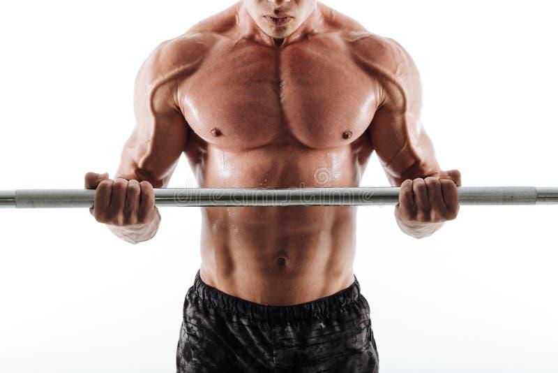 La foto cosechada del hombre sudoroso muscular de los deportes en negro pone en cortocircuito ejercicio fotos de archivo libres de regalías