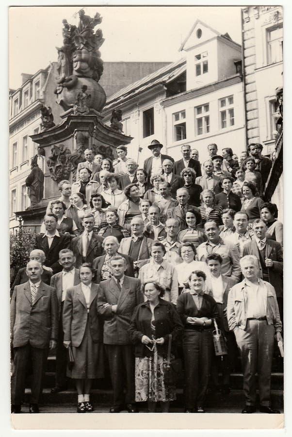 La foto d'annata mostra il gruppo di persone sulla vacanza fotografia stock libera da diritti