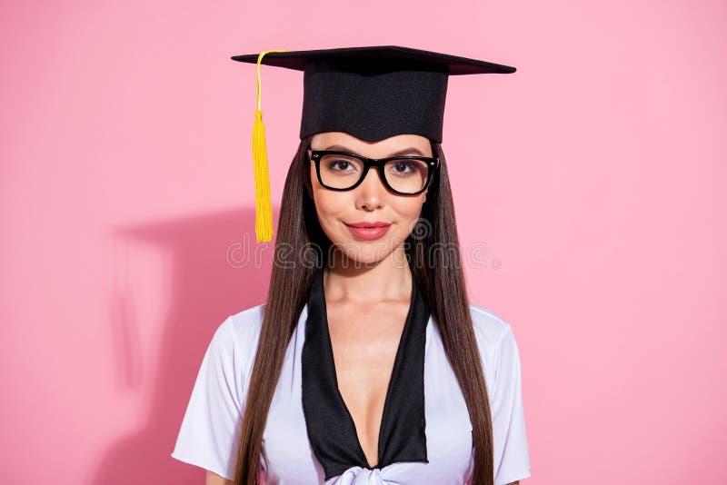 La foto de los ojos listos de la señora del extremo del estudio asombroso de la universidad lleva el fondo rosado aislado superio imagenes de archivo