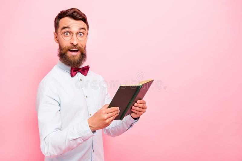 La foto de la tenencia alegre positiva asombrosa del genio del científico del júbilo alegre emocionado abrió la literatura de pap foto de archivo