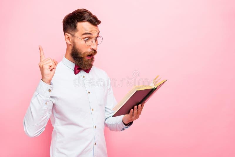 La foto de la tenencia intelectual pensativa de la persona abrió la literatura de papel en las manos que señalaban el índice enci fotos de archivo