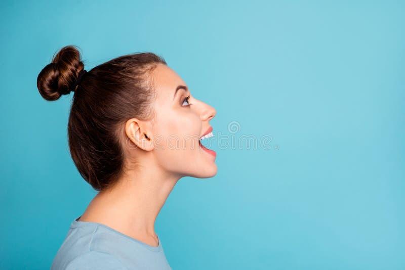 La foto de la vista lateral del perfil del contenido alegre del joven bonito disfruta de noticias del grito que la boca abierta m foto de archivo