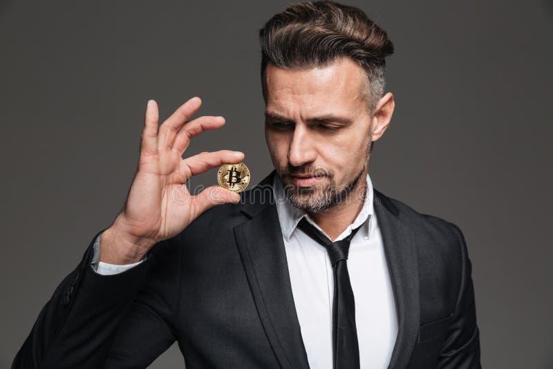 La foto del hombre de negocios rico hermoso en traje y el lazo que mira van imagen de archivo