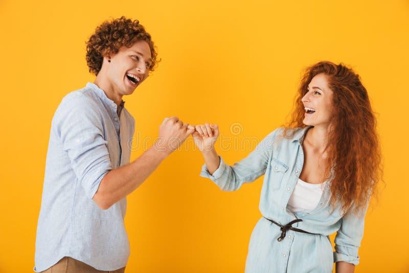La foto del hombre feliz de la gente y la mujer que sonríe y se enganchan ` imagenes de archivo