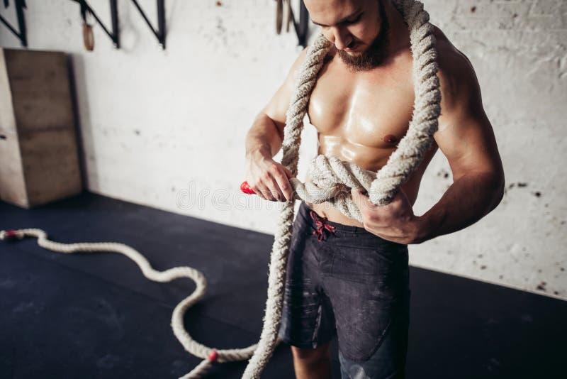 La foto del hombre joven en ropa de deportes hace punto el nudo Fuerza y motivación fotos de archivo