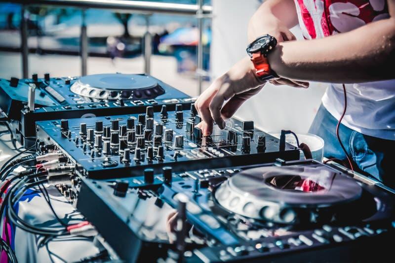 La foto del miscelatore e dei giocatori del DJ immagini stock libere da diritti