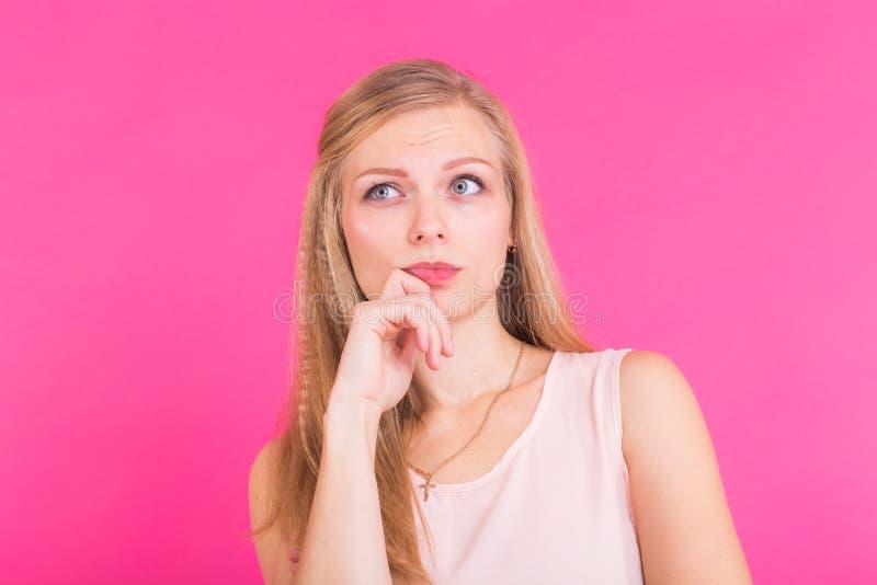 La foto del modello femminile serio premuroso, prove per ricordare le informazioni importanti, risposta rapida del ritrovamento d immagine stock libera da diritti