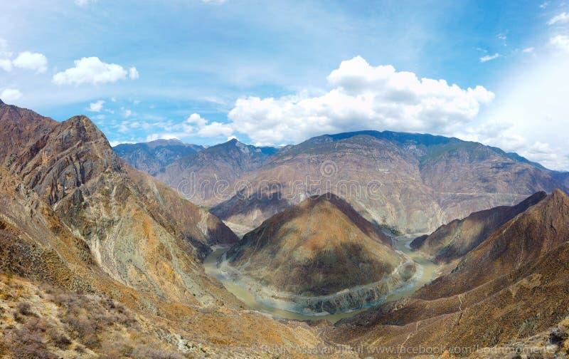 La foto del paisaje de la montaña y del río Jinsha grandes foto de archivo