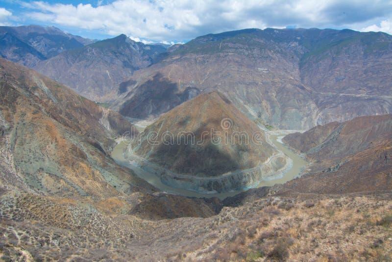 La foto del paisaje de la monta?a y del r?o Jinsha grandes foto de archivo