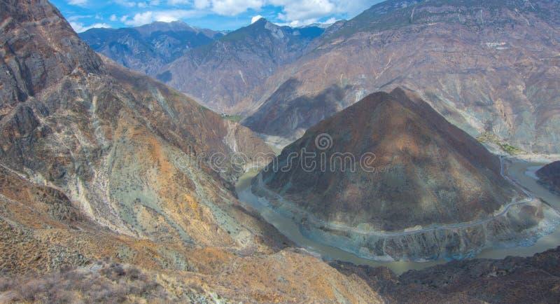 La foto del paisaje de la monta?a y del r?o Jinsha grandes fotos de archivo libres de regalías