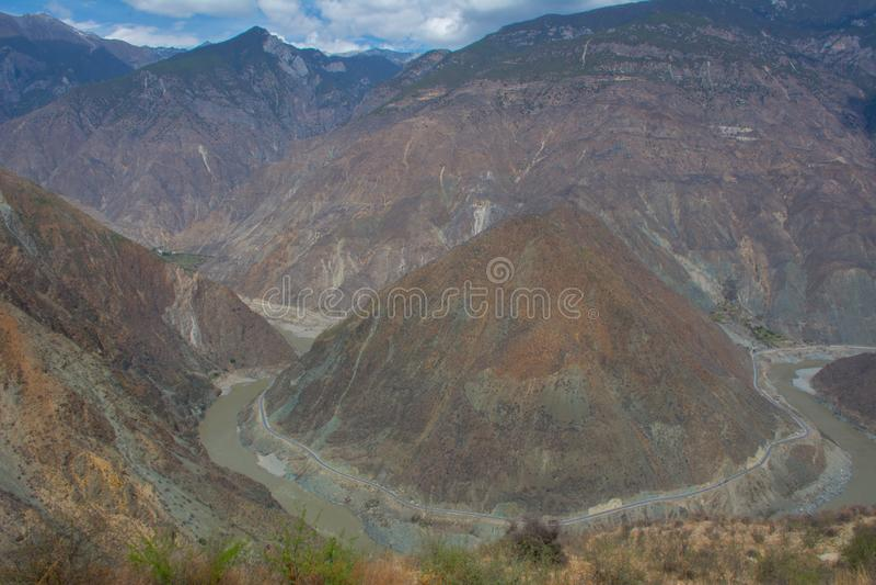 La foto del paisaje de la monta?a y del r?o Jinsha grandes imágenes de archivo libres de regalías