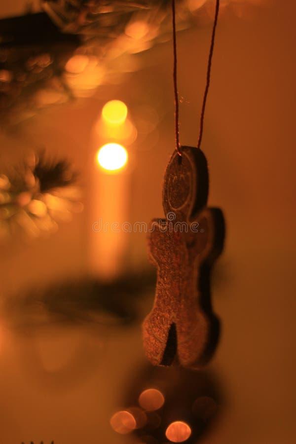 La foto del primer con el pan de jengibre de oro figura decoraciones del árbol de navidad imágenes de archivo libres de regalías