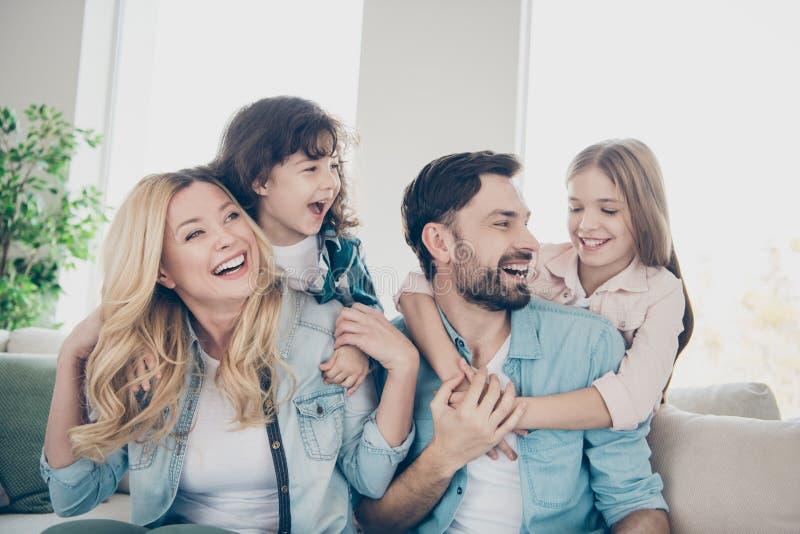La foto del primer de cuatro miembros de la familia después de la adopción pasa risita del júbilo del tiempo sienta la sala de es fotografía de archivo