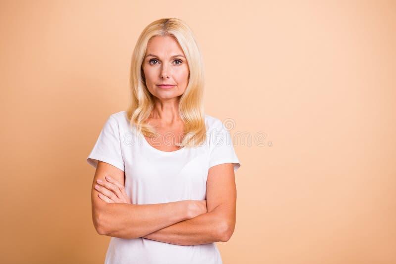 La foto delle armi di signora del capo di medio evo ha attraversato l'aspetto ordinato grazioso indossa il beige pastello isolato fotografia stock