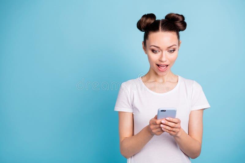 La foto di signora millenaria che tiene le mani dello Smart Phone indossa il fondo blu della maglietta casuale bianca fotografie stock libere da diritti