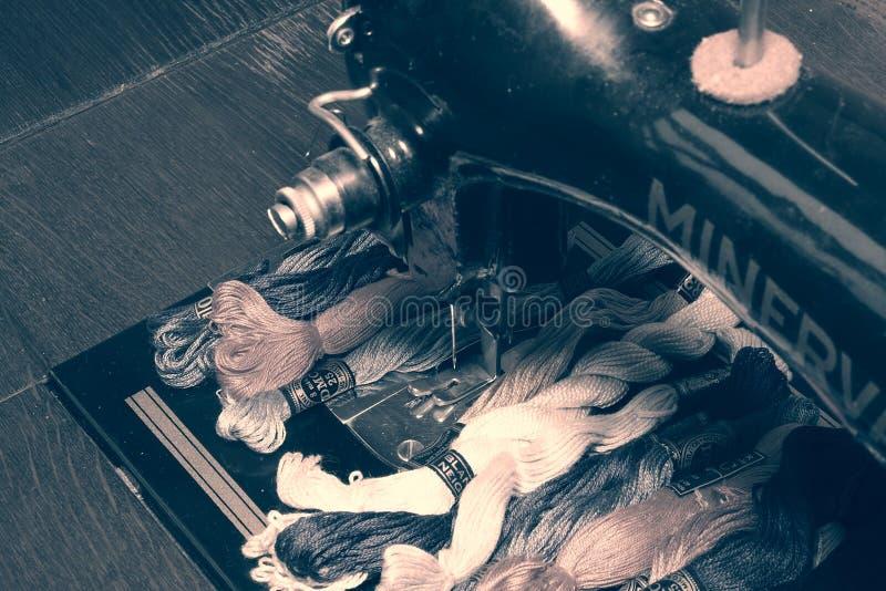 La foto di vecchia macchina d'annata di cucitura a mano con ricamo infila il filo di seta Fuoco selettivo con effetto bianco e ne immagine stock libera da diritti