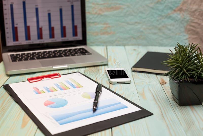 La foto diagrams gráficos y números en la tabla en el papel imágenes de archivo libres de regalías
