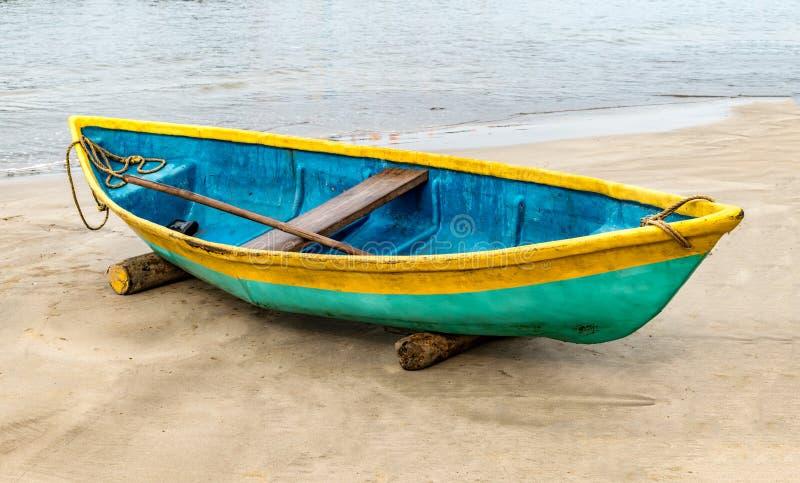 La foto hermosa de la canoa pesquera varada, la canoa se pinta colorida de manera asiática tradicional Está ocioso en de la estac imagen de archivo libre de regalías