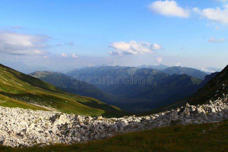 La foto natural del paisaje del paisaje lindo de la montaña con el azul se nubló el cielo en fondo foto de archivo libre de regalías