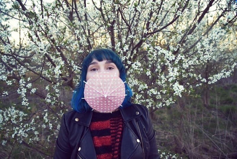 La foto original de la moda de una chica joven en pelo azul foto de archivo libre de regalías