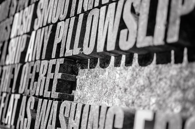La fotografía de la piedra gruesa pone letras al fondo en perspectiva fotos de archivo