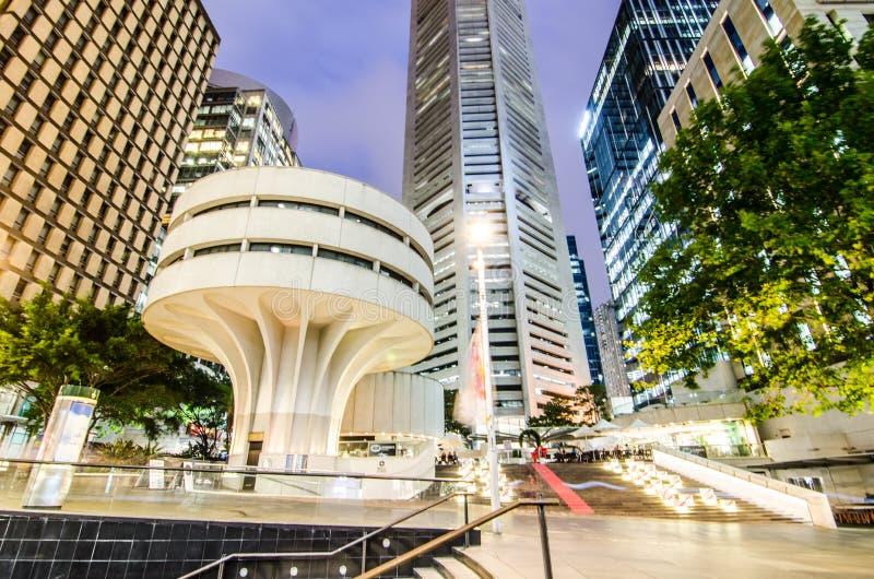 La fotografía de la noche del centro de MLC es un edificio de oficinas del rascacielos, una columna blanca, modernista rígida en  fotos de archivo