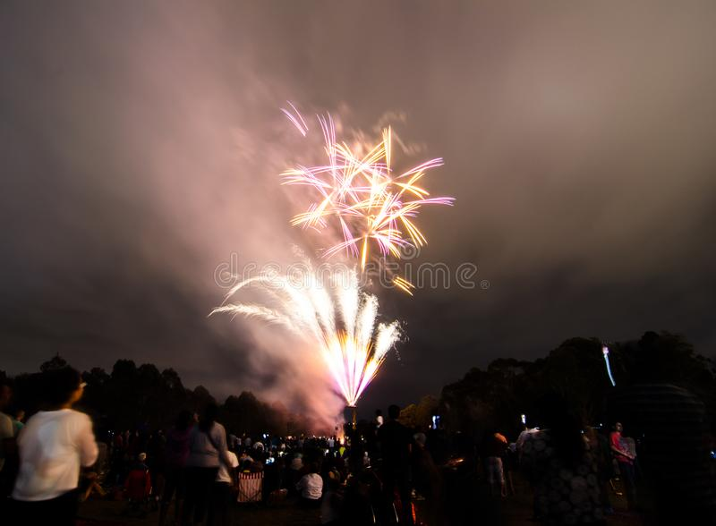 La fotografía de la noche de los fuegos artificiales para la celebración 2018 del Año Nuevo sobre gente en Parramatta parquea, Sy fotos de archivo