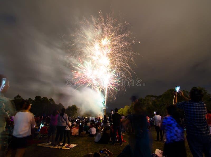 La fotografía de la noche de los fuegos artificiales para la celebración 2018 del Año Nuevo sobre gente en Parramatta parquea, Sy fotografía de archivo libre de regalías