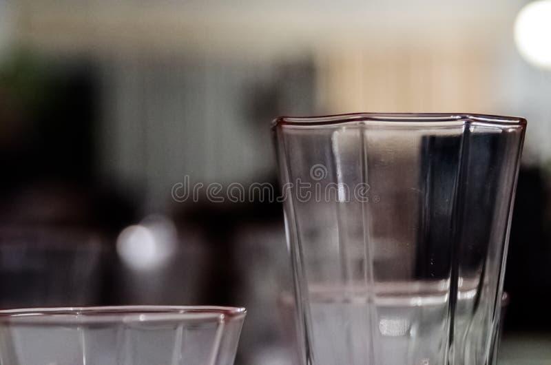 La fotografía de una tabla se preparó con el servicio de mesa para un partido como la Navidad imagen de archivo libre de regalías