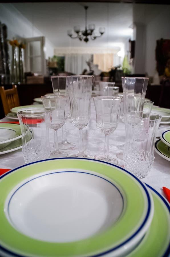 La fotografía de una tabla se preparó con el servicio de mesa para un partido como la Navidad fotos de archivo libres de regalías