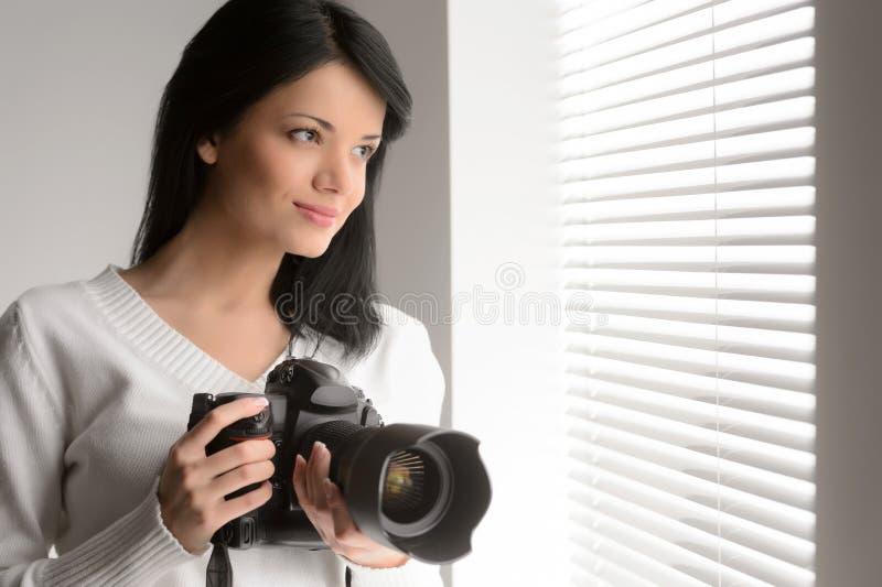 La fotografia è il suo hobby. Ritratto di bella tenuta della giovane donna immagine stock libera da diritti