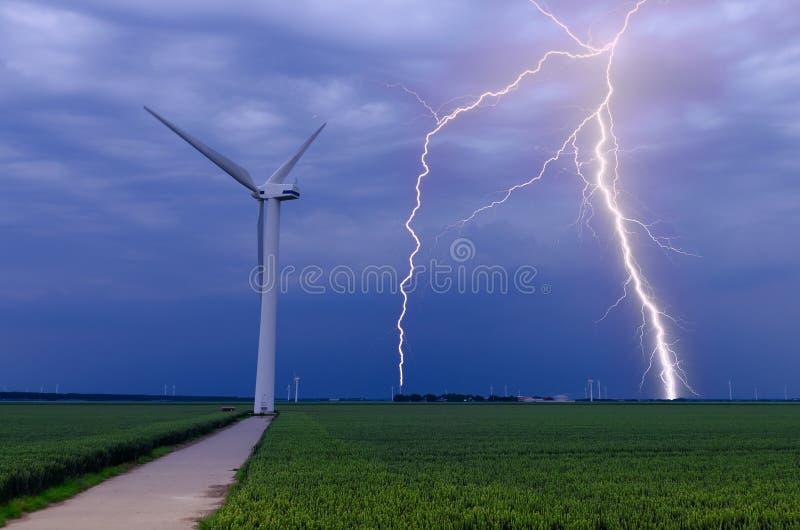 La foudre heurte des turbines de vent image stock