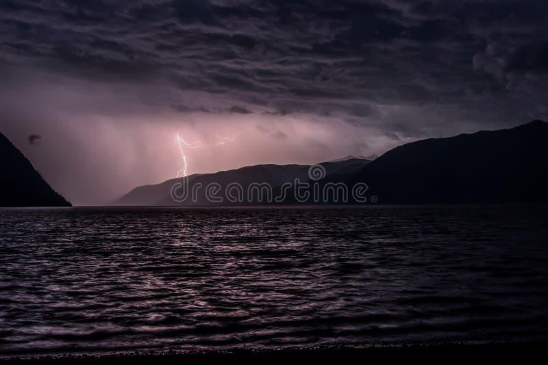 La foudre opacifie des montagnes de lac image libre de droits