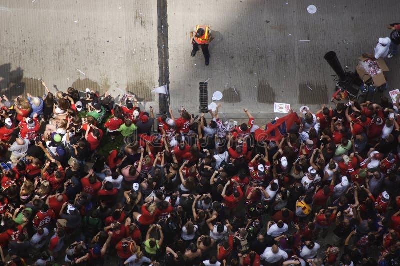 La foule célèbre au défilé de Chicago Blackhawks photos libres de droits