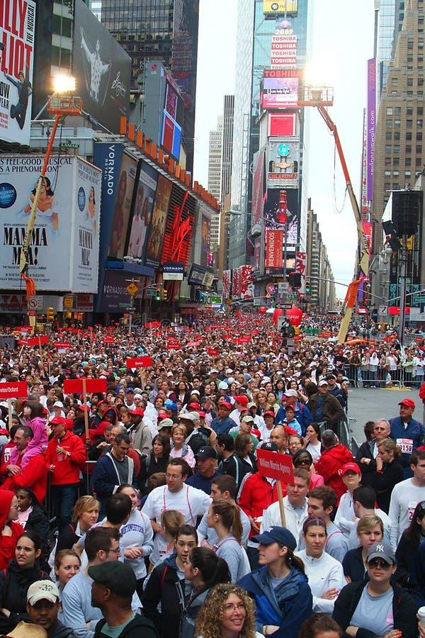 La foule dans le Times Square pour le FEI Revlon exécutent/promenades photographie stock