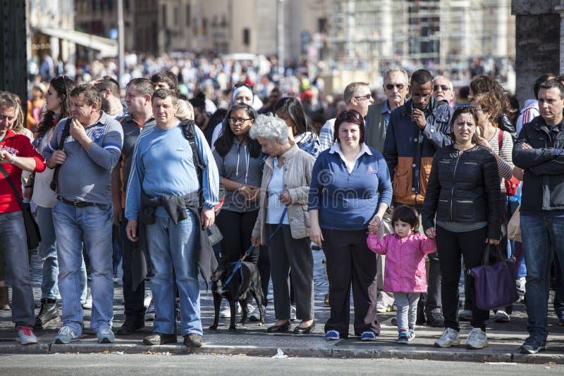La foule de beaucoup de personnes de touristes a aligné images stock