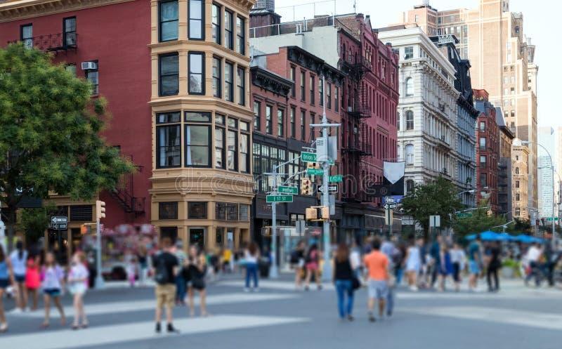 La foule des personnes anonymes marchant par Union Square se garent en M image stock