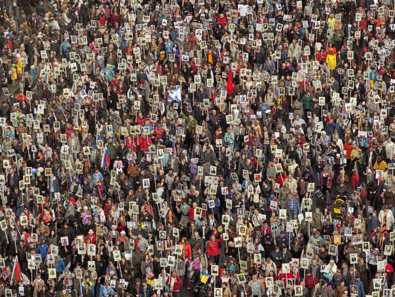 La foule des personnes démontrent images stock