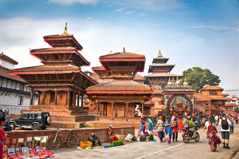 La foule des personnes népalaises locales visitent la place célèbre de Durbar dedans images stock