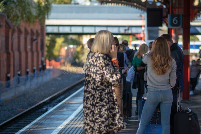 La foule des personnes retardées attendant sur le train rayent sans n'importe quel signe de train photographie stock libre de droits