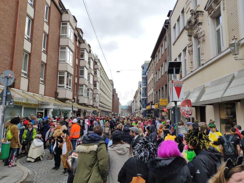 La foule est prête pour le carnaval de rue photographie stock libre de droits