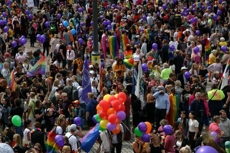 La foule est recueillie sur la place pour attendre le Gay Pride pour commencer photographie stock libre de droits