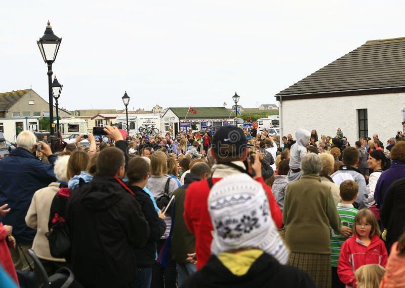 La foule observe la flamme 2012 olympique chez John o'Groats photographie stock