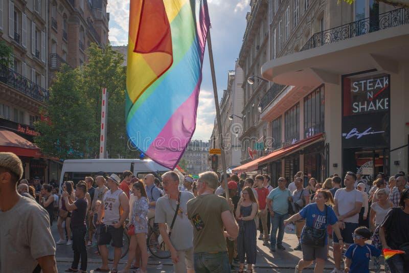 La foule regarde un flotteur venant à Paris 2018 Gay Pride photographie stock libre de droits