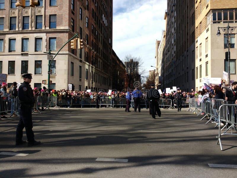 La foule s'est tenue de retour par des barricades, Central Park occidental, le ` s mars, NYC, NY, Etats-Unis de femmes photos stock