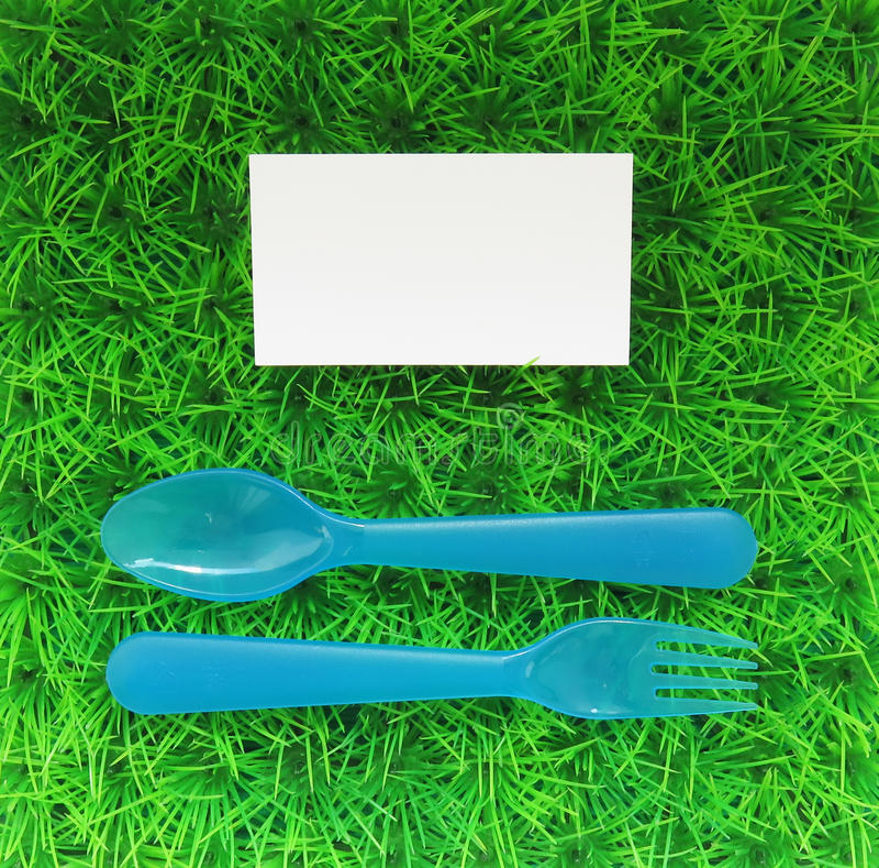 Download La Fourchette Et Cuillere En Plastique Sur Une Pelouse Verte Avec Carte De