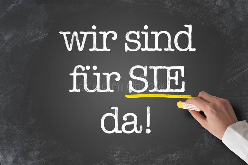 La FOURRURE des textes WIR SIND SIE DA, allemande parce que nous sont ici pour vous aider, écrit sur le tableau illustration stock