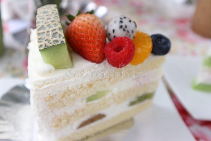 La fraise crème de myrtille de melon de gâteau belle mangent photographie stock libre de droits